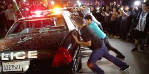 hundreds-of-donald-trump-protesters-surround-and-destroy-police-car-at-costa-mesa_-california-rally_grande